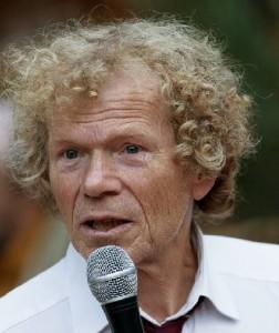 Adri Helfrich als spreekstalmeester op de Denksportdag. (c) Mick Otten